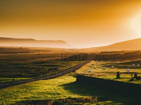 Photo pour Beau paysage avec chemin et montagnes au soleil couchant, Islande - image libre de droit