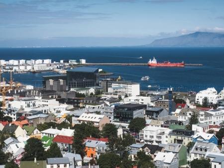 Photo pour Arial vue ville Husavik et bel océan, Islande - image libre de droit