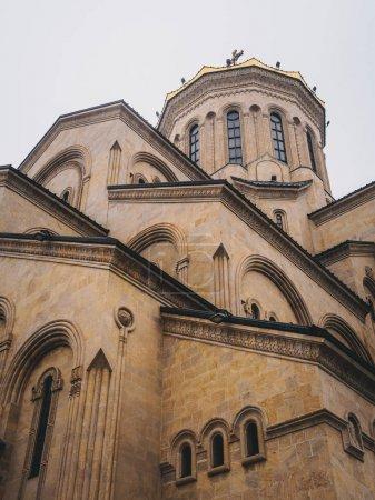 Photo pour Vue panoramique sur la belle ancienne triniti Sainte cathédrale de Tbilissi - image libre de droit