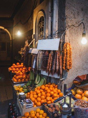 Photo pour Vue rapprochée de divers fruits et desserts sur le marché de rue - image libre de droit