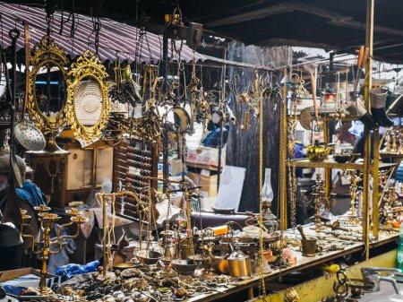 Photo pour Vue rapprochée des choses arrangées à l'ancienne sur le marché de rue - image libre de droit