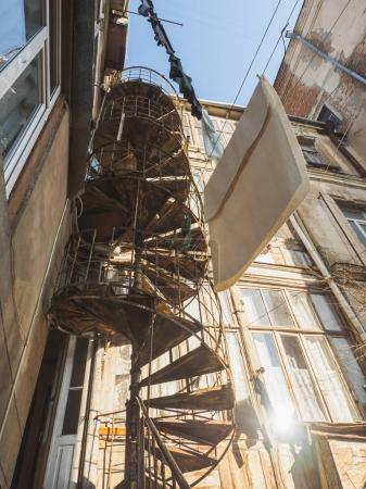 Photo pour Vue du bâtiment de dessous et les vieux escaliers - image libre de droit