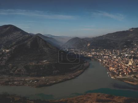 Photo pour Vue panoramique sur la rivière, les montagnes et la belle ville de Géorgie - image libre de droit