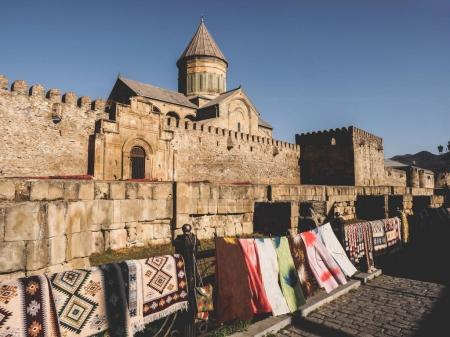 Photo pour Vue panoramique sur l'architecture ancienne et le marché extérieur avec tapis en Géorgie - image libre de droit