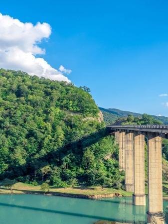 Photo pour Pont au-dessus de la rivière turquoise calme dans les montagnes géorgiennes - image libre de droit