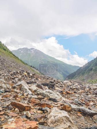 Photo pour Beau paysage tranquille avec les montagnes Rocheuses en Géorgie - image libre de droit