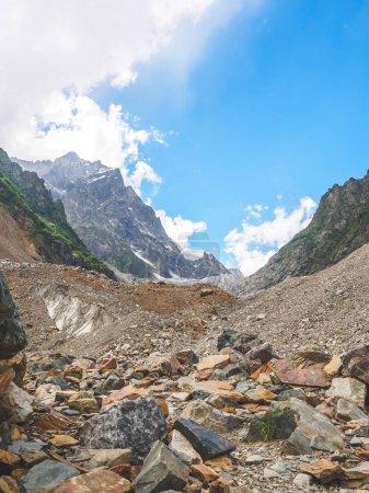 Photo pour Paysage majestueux avec des montagnes rocheuses et ciel bleu en Géorgie - image libre de droit