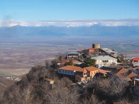 Photo pour Vue aérienne des bâtiments et des belles montagnes à Signagi, Géorgie - image libre de droit