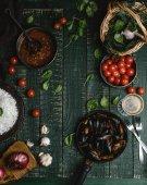 Vue de dessus des moules cuites avec les coquilles servi dans la poêle avec les tomates, herbes et vin sur table rustique