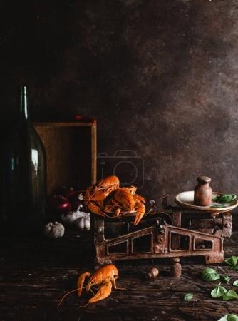 Foto de Gourmet langostas en escalas vintage y hojas de albahaca en la parte superior de mesa rústico - Imagen libre de derechos
