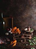 """Постер, картина, фотообои """"увеличенном вкусные омары на старинные весы, сырой рыбы и базиликом листья на деревенском столешница"""""""