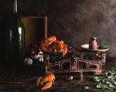 """Постер, картина, фотообои """"увеличенном вкусные омары на старинные весы и листья базилика на деревенском столешница"""""""