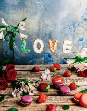 Photo pour Fraises, les macarons, les fleurs et les cookies d'amour sur fond de minable, Valentin concept - image libre de droit