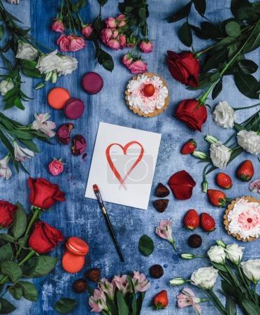 Photo pour Vue de dessus de fraises, macarons, pinceau et carte de voeux avec cœur sur fond minable pour Saint Valentin - image libre de droit