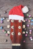 Kytara s vánoční čepice