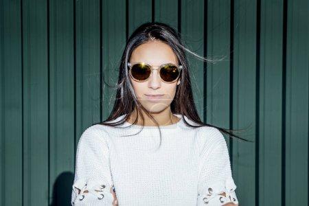 Photo pour Belle femme avec lunettes de soleil posant à la caméra. - image libre de droit