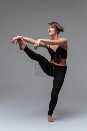 Photo pour Danseuse de fabrication des éléments de danses modernes - image libre de droit