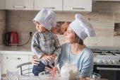 "Постер, картина, фотообои ""мать и дитя, глядя при подготовке тесто на кухне"""