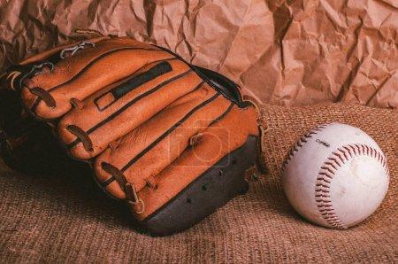 Photo pour Hardball baseball américain et de vieux gant d'attrape brun - image libre de droit