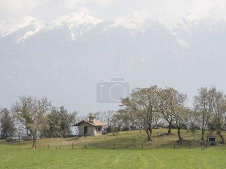 Photo pour Randonnée sur le lac de garde montagnes nature e paysage - image libre de droit