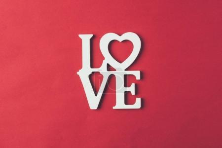 vue de dessus du panneau blanc avec le mot amour isolé sur rouge