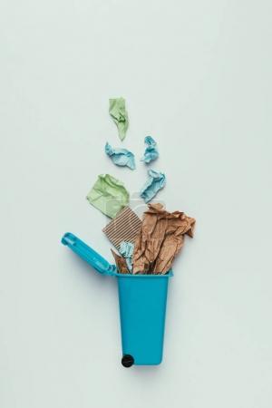 Photo pour Vue du dessus de poubelle avec poubelle en papier isolée sur gris, concept de recyclage - image libre de droit