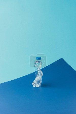 Photo pour Vue rapprochée de la bouteille en plastique sur fond bleu, concept de recyclage - image libre de droit