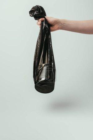 plan recadré de femme tenant sac poubelle avec boîte isolée sur gris