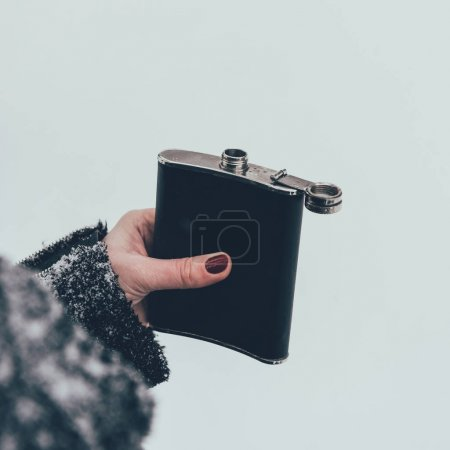 Photo pour Plan recadré de la femme tenant la fiole en main le jour de l'hiver - image libre de droit