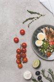 """Постер, картина, фотообои """"вид сверху ломтики мяса с куриное яйцо и здоровые овощи на серый"""""""