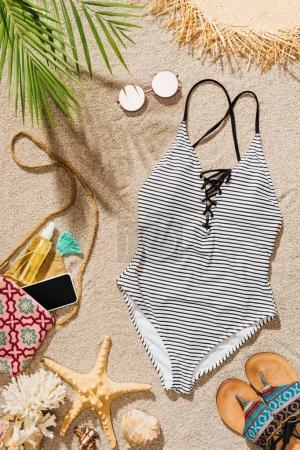 Foto de Vista superior del traje de baño y diversos accesorios mujer acostado en la playa - Imagen libre de derechos