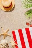 """Постер, картина, фотообои """"вид сверху полоску полотенце с соломенная шляпа и очки на песчаном пляже"""""""