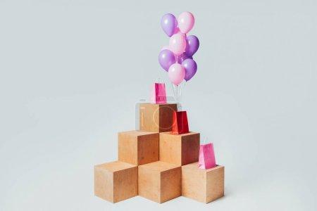 Photo pour Sacs à provisions avec paquet de ballons roses et violets isolés sur blanc, concept de vente d'été - image libre de droit