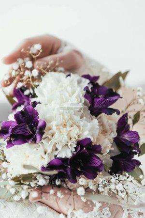 Photo pour Vue partielle de la mariée en robe blanche avec beau bouquet de mariée dans les mains - image libre de droit