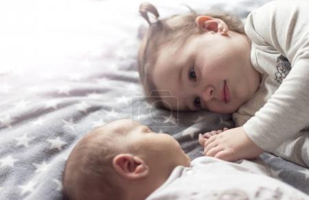 Photo pour J'aime passer du temps avec mon frère nouveau-né - image libre de droit