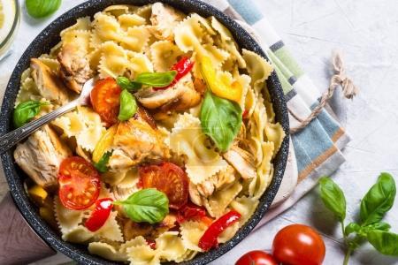 Photo pour Pâtes avec tomate au poulet, basilic et paprika sucré. Cuisine italienne traditionnelle. Vue du dessus . - image libre de droit