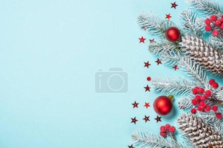 Photo pour Fond plat de Noël avec arbre de Noël et décorations rouges sur bleu. Vue supérieure avec espace de copie . - image libre de droit
