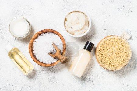 Photo pour Produit cosmétique naturel, produit bien-être et spa sur blanc. Crème naturelle, lotion, huile et brosse corporelle. Composition du dépôt plat. - image libre de droit