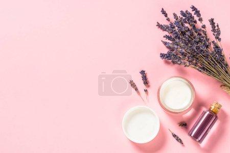 Photo pour Lavande pour soins de la peau, bien-être et spa. Cosmétiques de lavande naturelle, Aromathérapie. Vue de dessus en rose. - image libre de droit