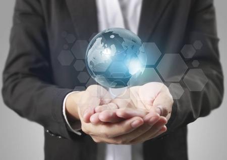 Photo pour Globe, terre dans la main humaine, main tenant notre planète la terre rayonnante. Image de la Terre fournie par Nasa - image libre de droit