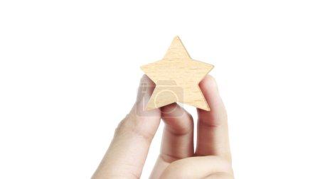 Photo pour Main de mettre augmenter bois cinq étoiles shape.The meilleurs excellents services d'affaires notation concept d'expérience client - image libre de droit