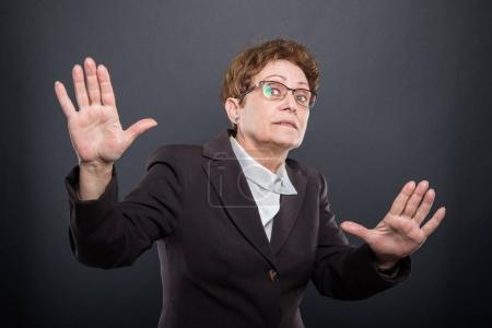 Biznes trzymając się za ręce jak coś wyjaśnia starszy pani