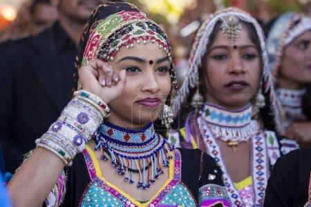 Photo pour JAISALMER, INDE - 08 FÉVRIER 2017 : Une Indienne vêtue d'une robe traditionnelle Rajasthani participe au Desert Festival à Jaisalmer, Rajasthan, Inde - image libre de droit