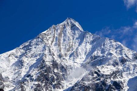 Photo pour Sommet de la montagne, région de l'Annapurna, au Népal. Lever du soleil dans les montagnes. Beau paysage au Mont de l'Himalaya - image libre de droit