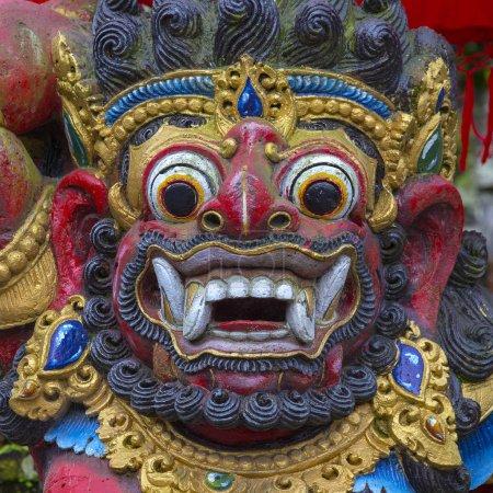 Photo pour Traditionnel balinais statue de Barong sur un rue temple à Bali, en Indonésie. Gros plan - image libre de droit