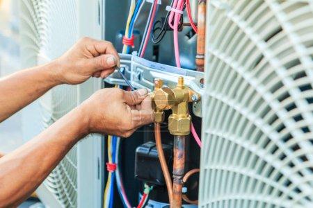 Photo pour Technicien climatisation, préparation à l'installation de nouveau climatiseur - image libre de droit