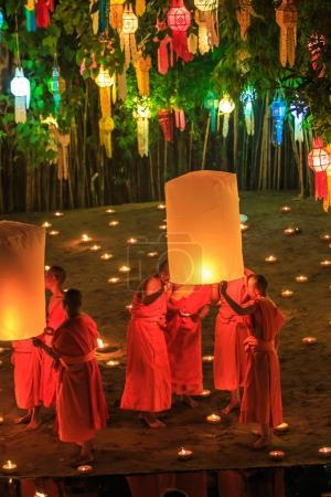 Photo pour CHIANGMAI, THAÏLANDE - NOV 6 : Les moines chantent et prient à Loy krathong - image libre de droit