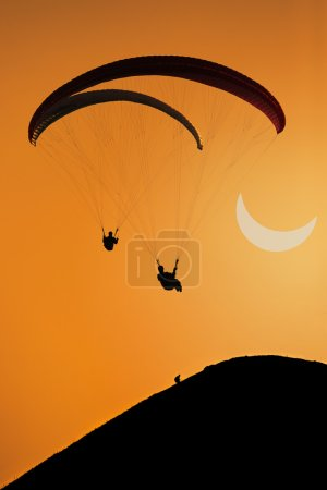 Photo pour Parapente et éclipse solaire partielle - image libre de droit