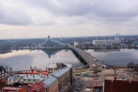 Foto de Letonia, Riga - 16 de febrero de 2015: Vista aérea de la ciudad de Riga bajo cielo nublado durante el día - Imagen libre de derechos