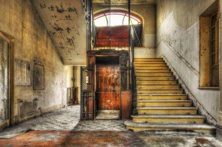Photo pour Ancien ascenseur vintage dans le hall de l'hôtel abandonné - image libre de droit